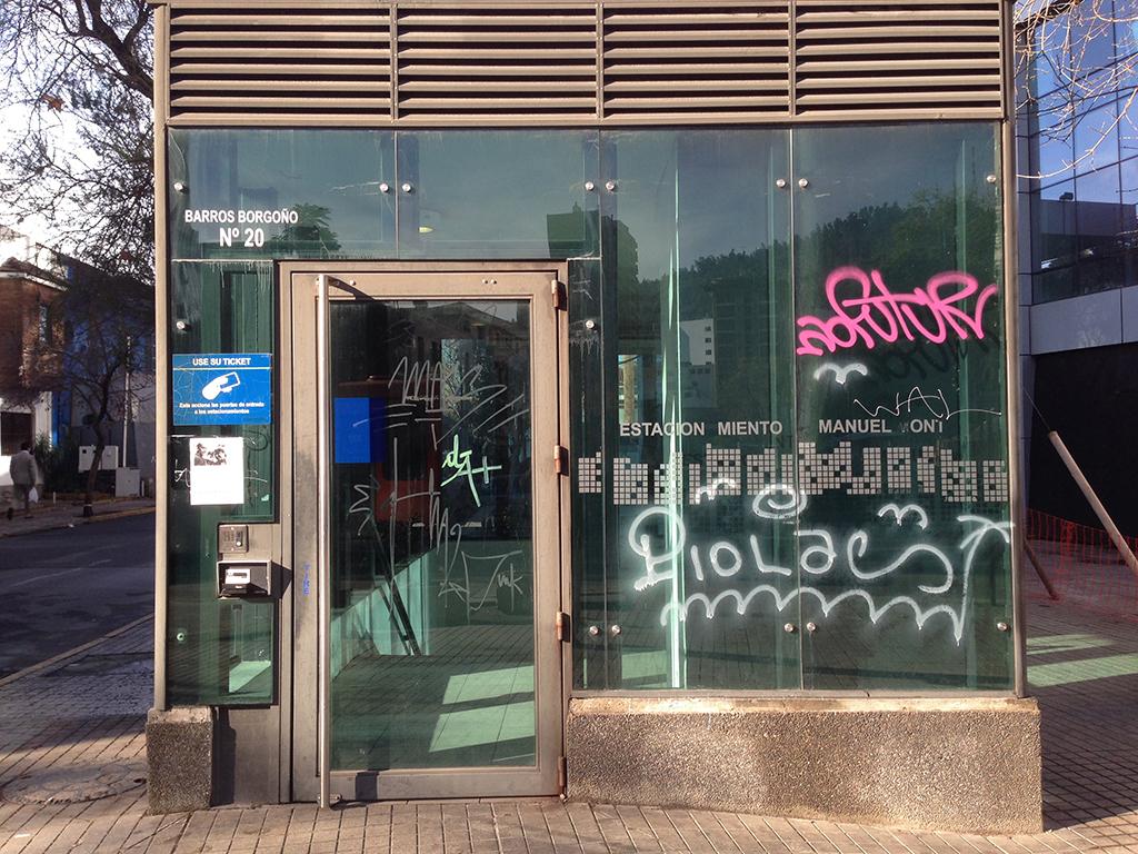 El exclusivo film anti graffiti Euroglass previene los daños permanentes del ácido en sus vidrios. Esta lámina anti grafiti de Euroglass repele todo tipo de pinturas y ácido, además aumenta la resistencia a golpes y evita accidentes con vidrios quebrados.