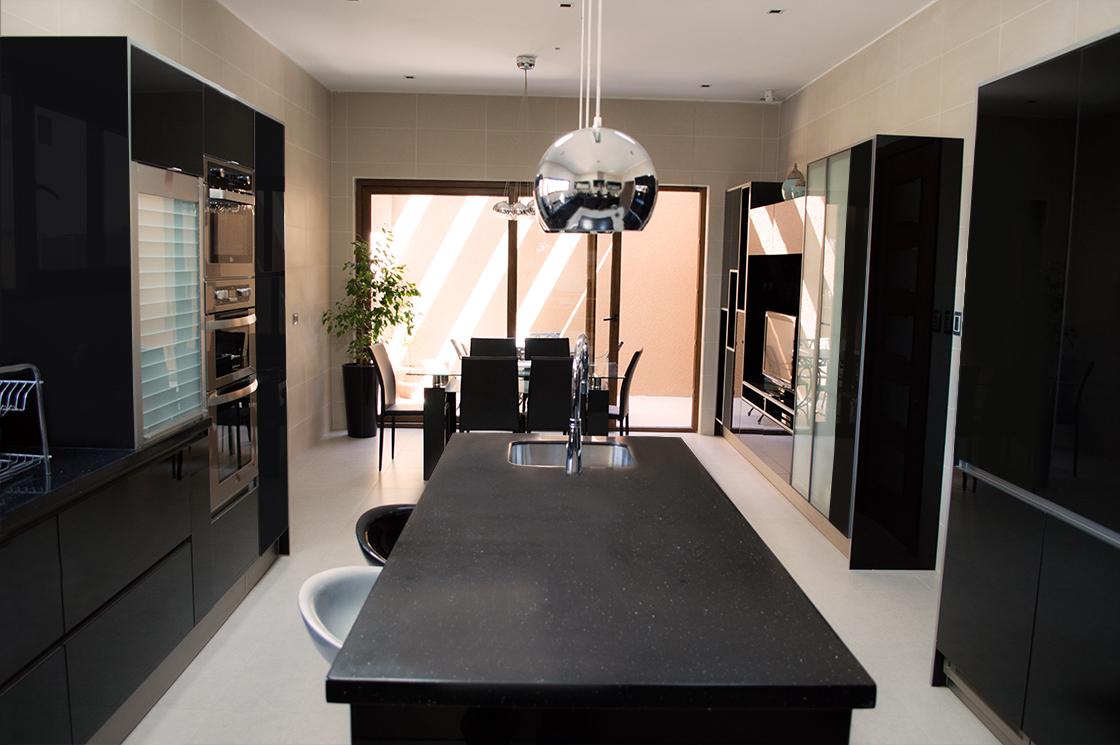 Cocina de tonos oscuros con Staron®