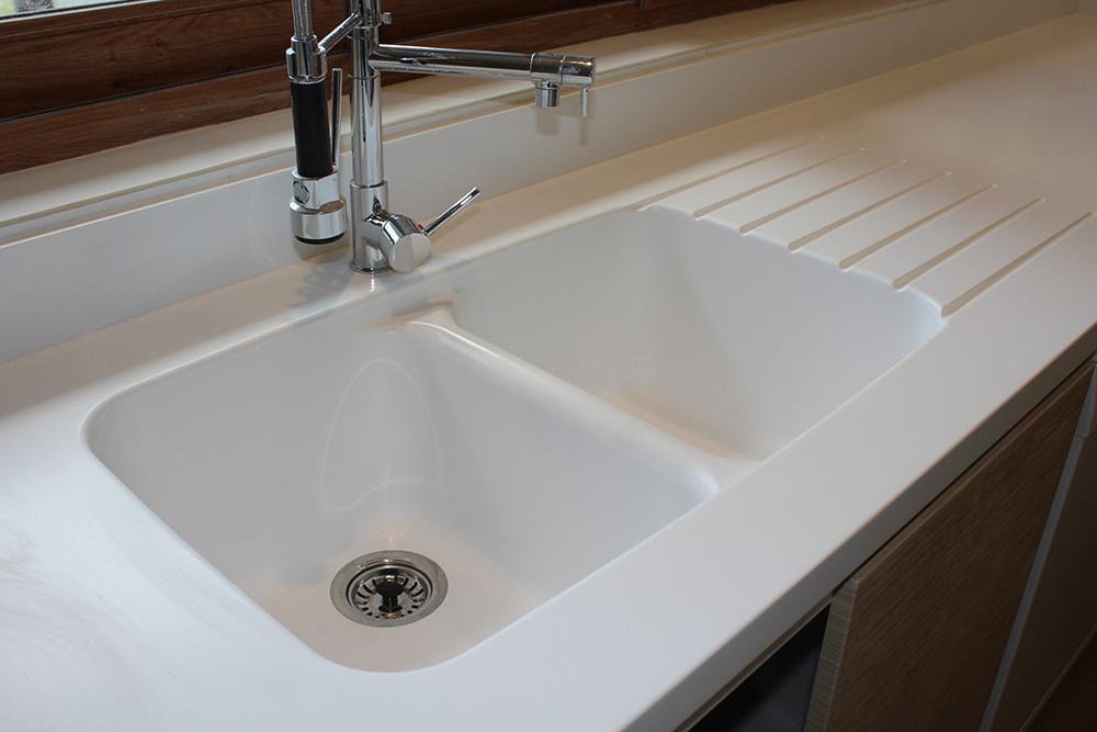 Cubiertas Staron® Quasar White, Lavaplatos y Muebles de cocina