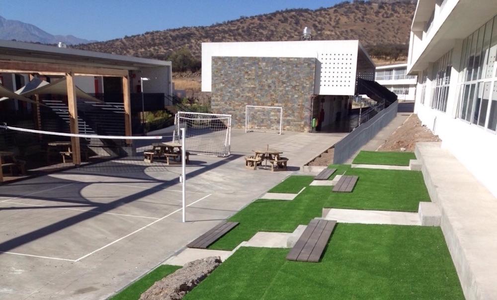 Decks WPC y Pasto ornamental en graderías del Colegio Craighouse  Integral Design