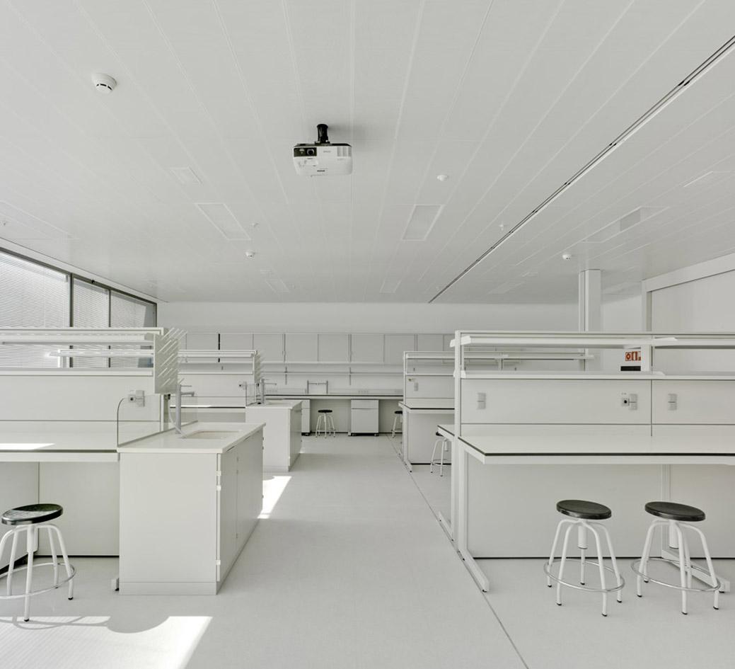 HPL Compact y Cielo tipo Lama Veneto en Laboratorio ELCHE