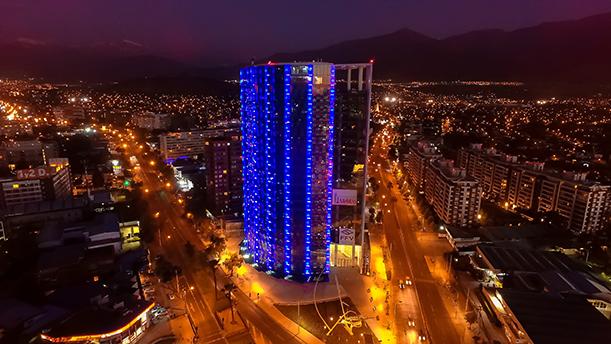 Iluminación LED fachada Cámara Chilena de la Construcción