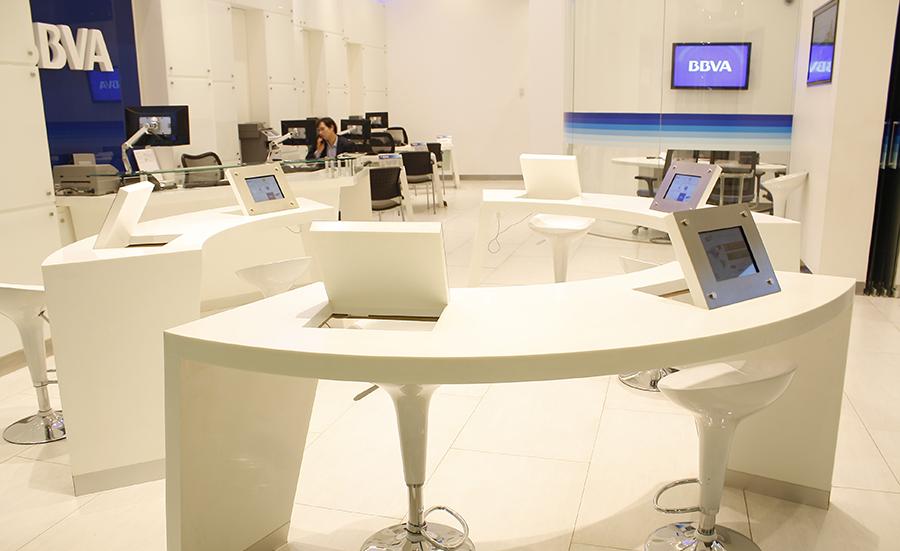 Mobiliario y Revestimiento Interior Staron® en Espacio BBVA Costanera Center