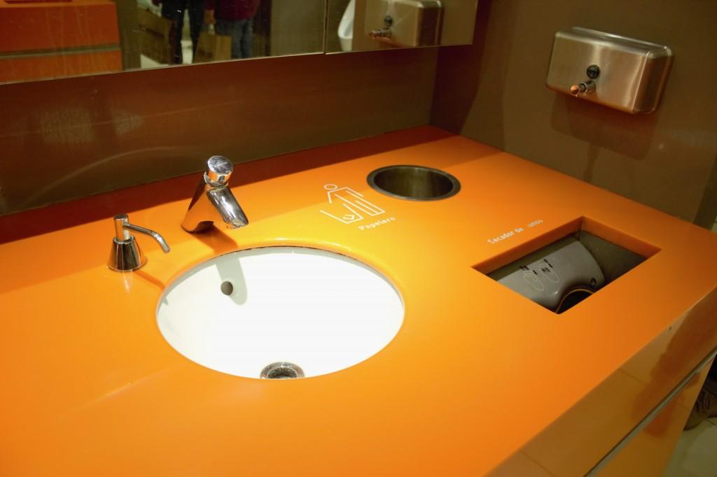 Vanitarios Staron® en baños de Mall