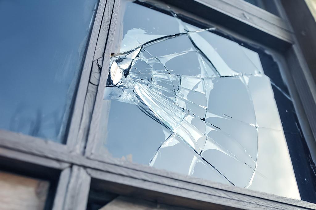 Una lámina de línea seguridad de Euroglass instalada en sus vidrios mejora la seguridad y le da tranquilidad a su hogar o empresa. Euroglass cuenta con varios niveles de seguridad y diferentes tecnologías de protección, que aumentan considerablemente la resistencia del vidrio a robos, sismos o la caída de vidrios desde altura una vez quebrados.
