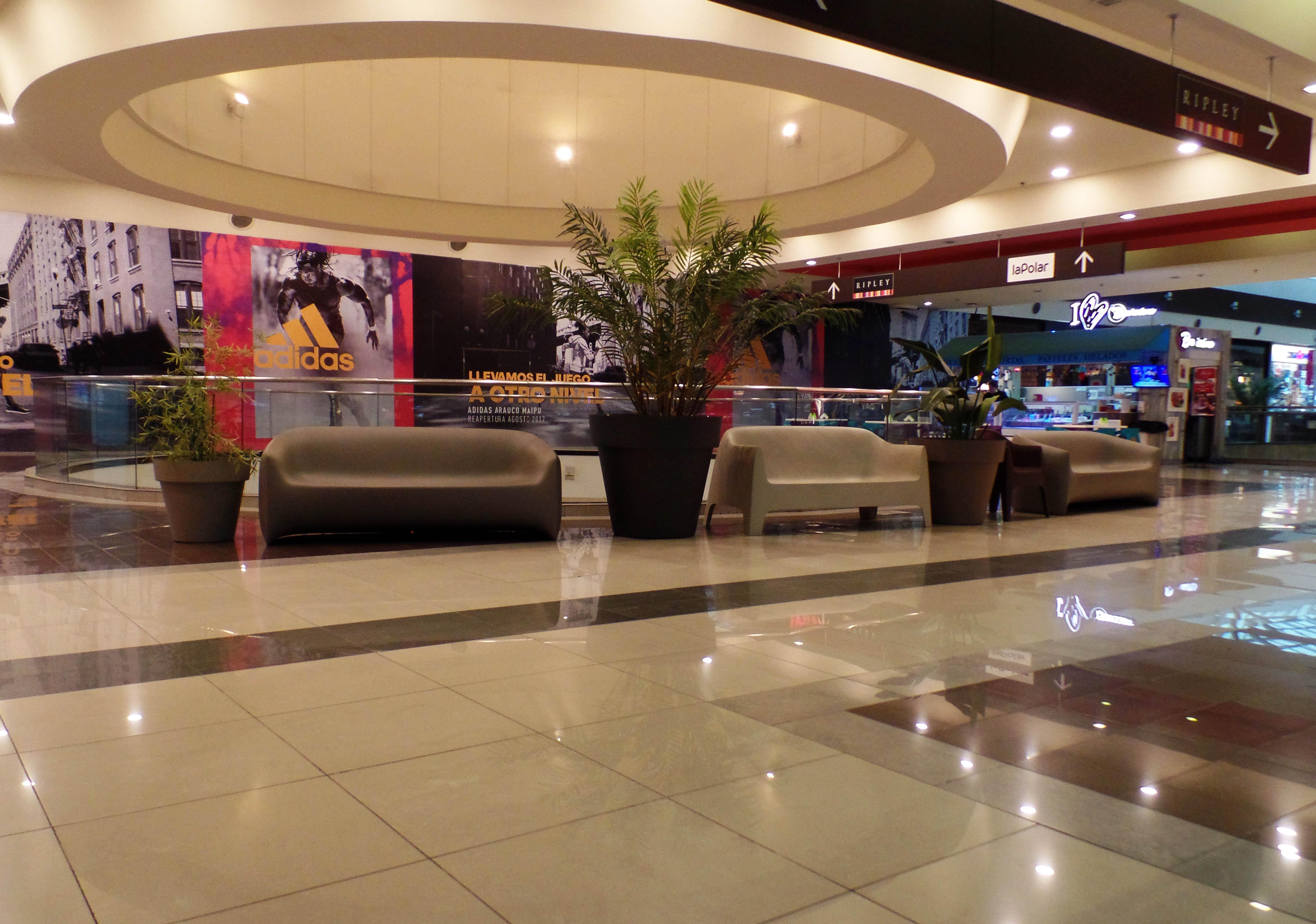 Zonas de descanso en Mall Arauco Maipu con mobiliario Brainworks