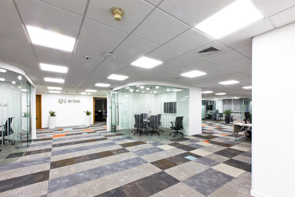 Smart Office Solutions sillas de oficina en salas flexibles para el mobiliario de oficina de Entel. Sillas y mobiliario para oficinas de Smart Office Solutions, SOS.